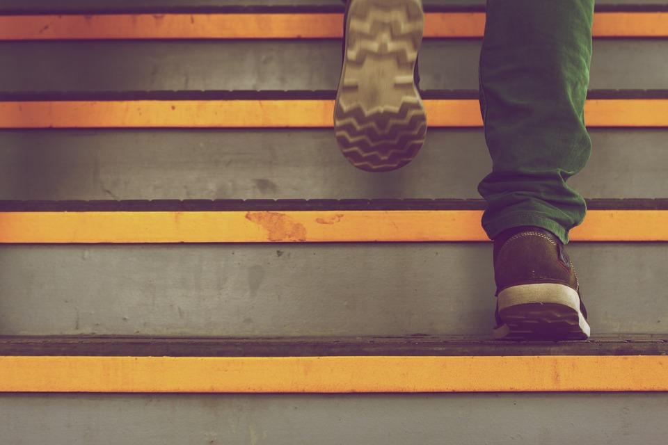Fødder går op ad trappe